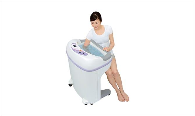 流量を3段階で調節し、低刺激治療を可能にした温浴療法用装置。